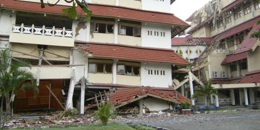 Gedung STIE Kerjasama, Jalan Porwanggan No. 549, Purwo Kinanti, Pakualaman, Kota Yogyakarta, roboh akibat gempa di Yogyakarta pada 26 Mei 2006.(KOMPAS/DAVY SUKAMTA)